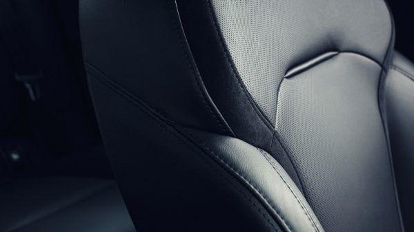 Сидіння з відмінною бічною підтримкою, бездоганно оброблені оббивки, підігрів і масаж* зроблять Вашу подорож з новим Renault MEGANE Sedan максимально комфортною.